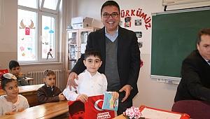 Tamer Özyurt, çocuklara karnelerini dağıtıp kitap hediye etti