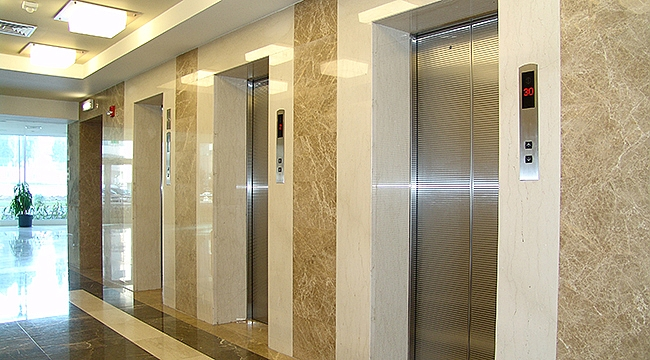 Depremde yüksek emniyet sağlayan asansör